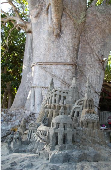 Chateau de sable devant un gros baobab de Mayotte